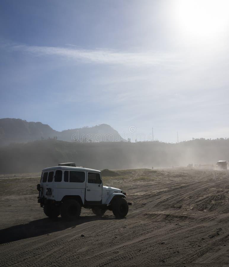Jeep an der Wüste mit Sonnenlicht stockfotos