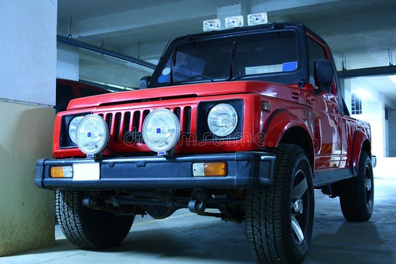 Jeep di colore rosso con gli indicatori luminosi di nebbia fotografie stock libere da diritti
