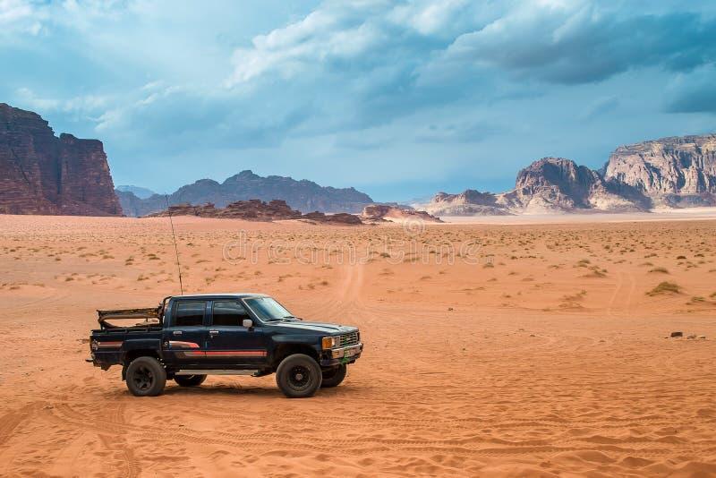 Jeep en désert de Wadi Rum, Jordanie photographie stock