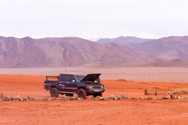Jeep en désert de Wadi Rum, Jordanie photos stock