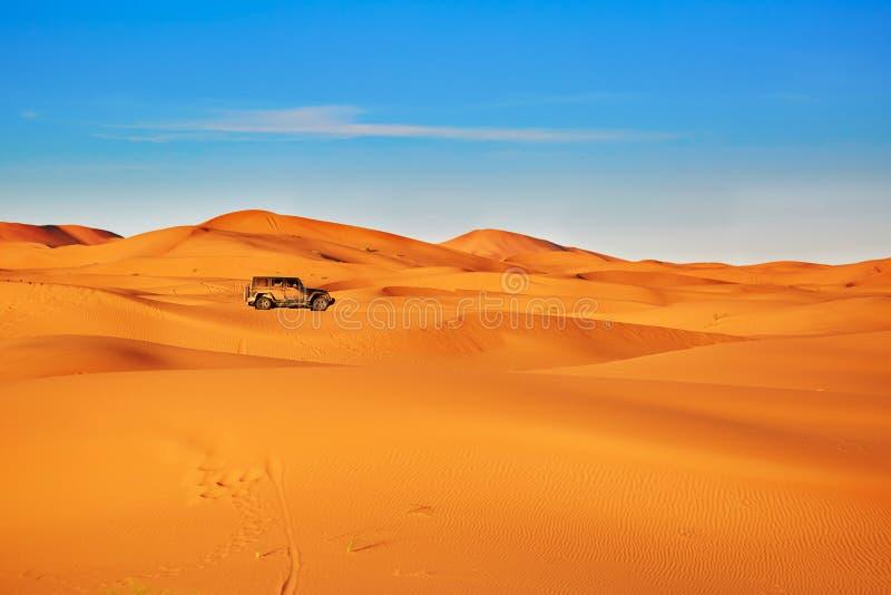 Jeep en dunas de arena imagenes de archivo