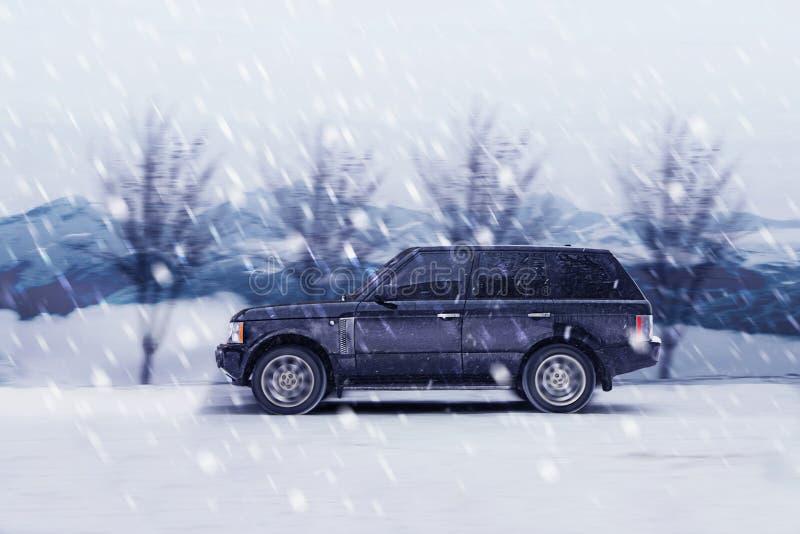 Jeep en el camino del invierno fotografía de archivo