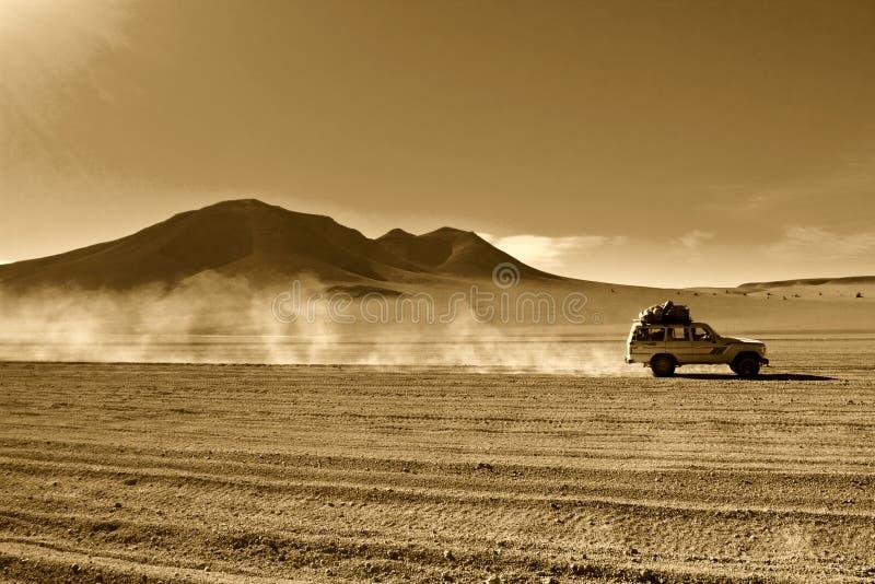 Jeep en el desierto fotografía de archivo libre de regalías
