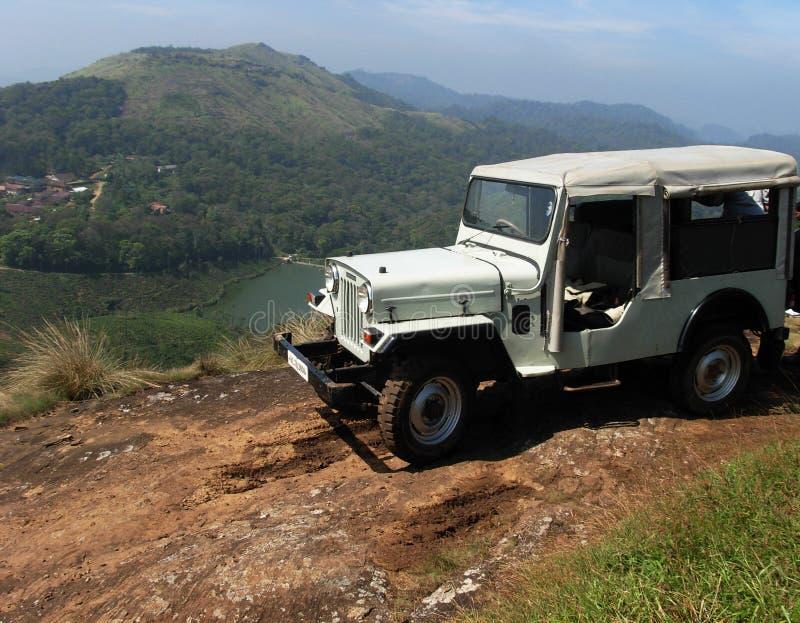 Jeep en tapa de la montaña. foto de archivo