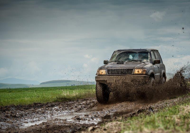 Jeep fangoso foto de archivo