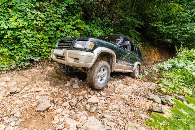 Jeep fuori strada del suv che scala una sezione rocciosa, Svaneti, Georgia fotografie stock