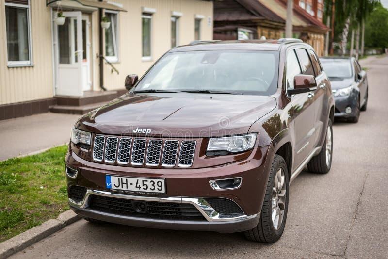 Jeep Grand Cherokee estacionou na rua imagens de stock royalty free