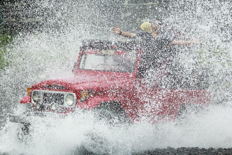 Jeep High Speed Crossing Water vermelho fotos de stock