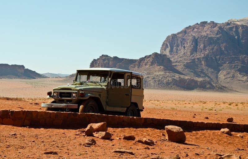 Jeep i öknen royaltyfri fotografi