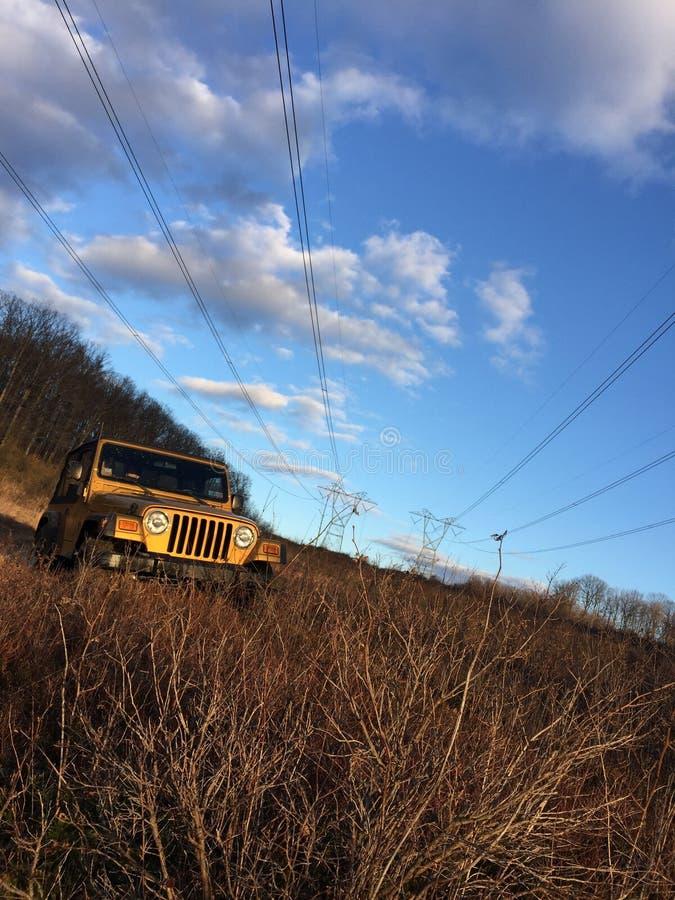 Jeep i gräset fotografering för bildbyråer
