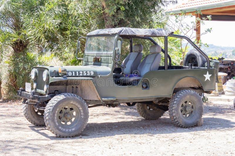 Jeep militare americana parcheggiata fuori del caffè fotografia stock