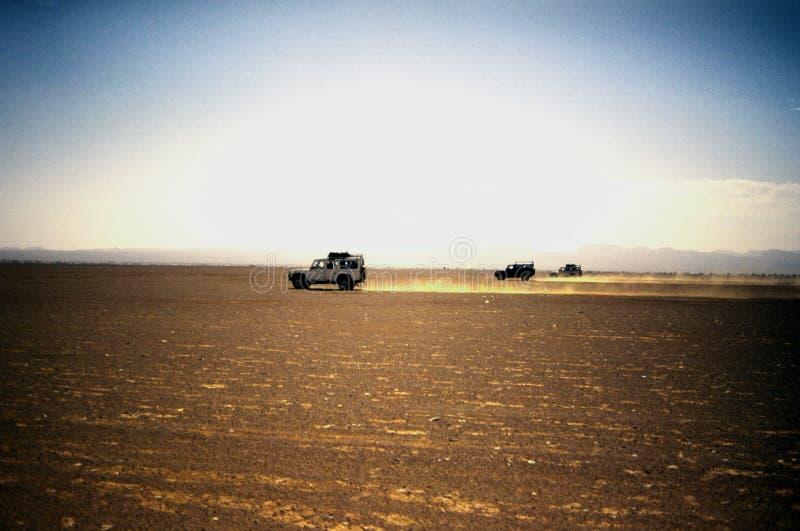 Jeep nel deserto immagini stock libere da diritti