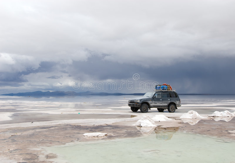 Jeep nel lago di sale fotografia stock libera da diritti