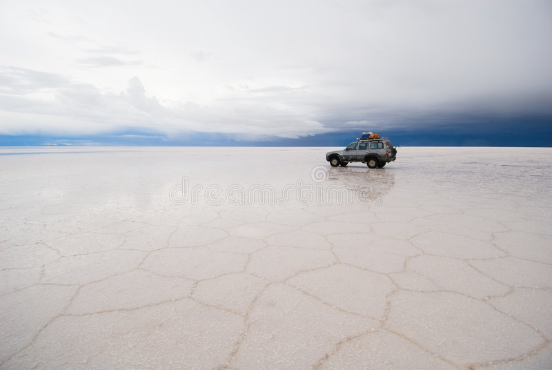 Jeep nel lago di sale fotografie stock libere da diritti