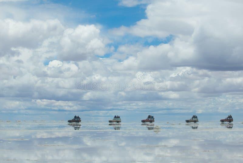 Jeep nel lago di sale salar de uyuni, Bolivia fotografie stock libere da diritti