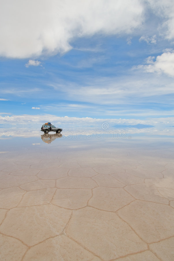 Jeep nel lago di sale salar de uyuni, Bolivia fotografia stock