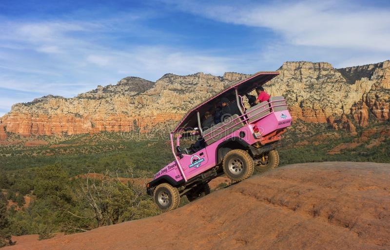 Jeep Off Road Terrain Vehicle cor-de-rosa perto de Sedona o Arizona fotografia de stock