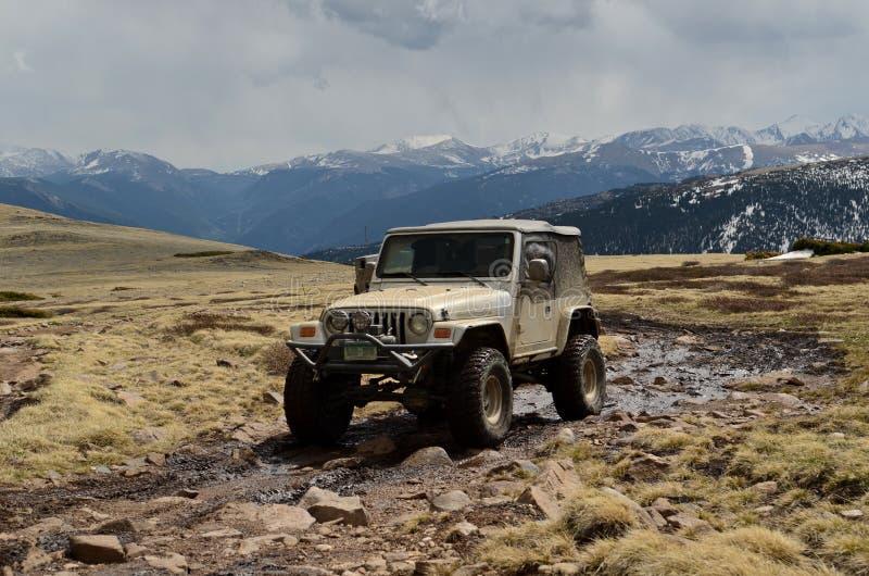 Jeep op bergbovenkant royalty-vrije stock afbeeldingen