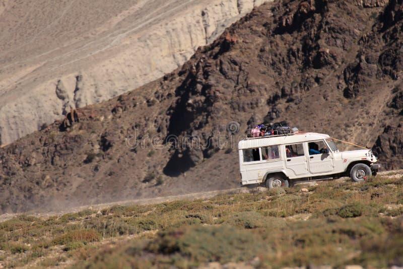 Jeep på vägen royaltyfria foton