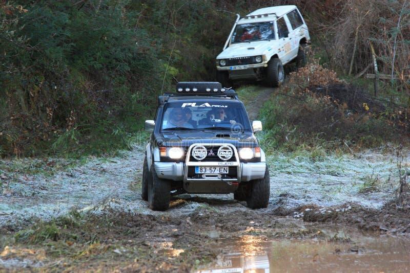 Jeep que participa en la raza de la aventura 4X4 imagen de archivo