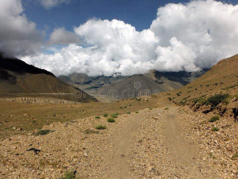 Jeep Road in woestijn-Gelijkaardig Himalayan-Landschap royalty-vrije stock afbeeldingen