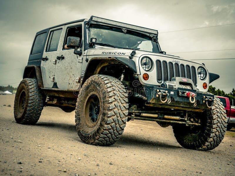 Jeep Rock Crawling anaranjado foto de archivo libre de regalías