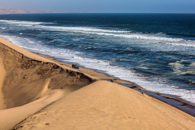 Jeep - safari en costa del océano foto de archivo libre de regalías