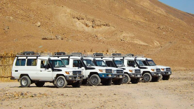 Jeep Safari en desierto del Sáhara imágenes de archivo libres de regalías