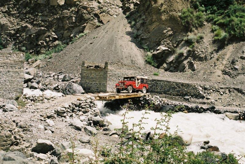 Jeep sopra il ponticello fotografia stock