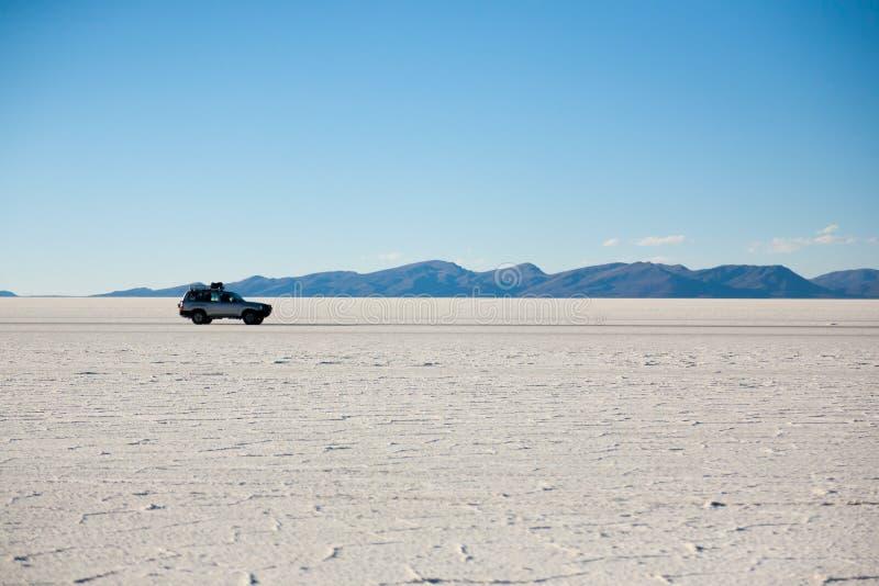 Jeep su Salar de Uyuni, Bolivia immagini stock