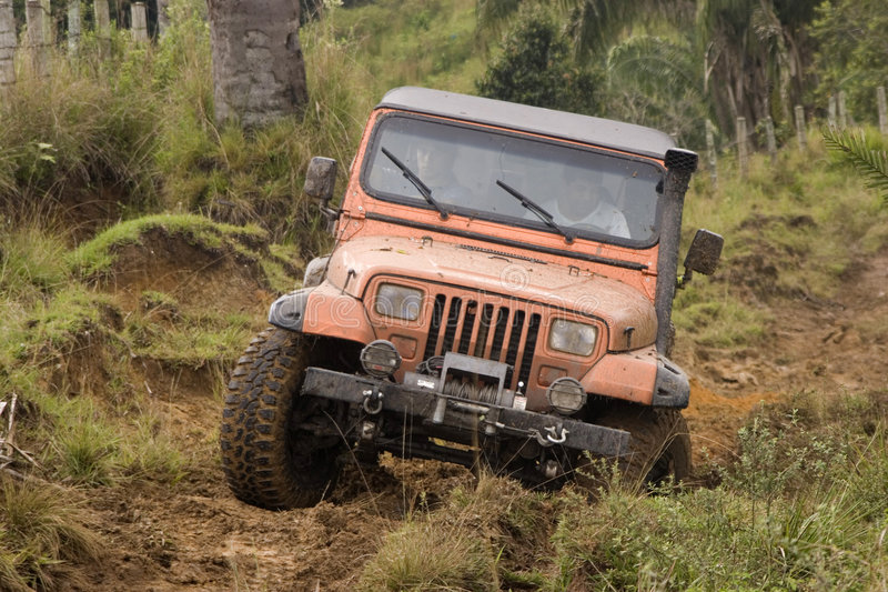 Jeep sucio en la competición imágenes de archivo libres de regalías