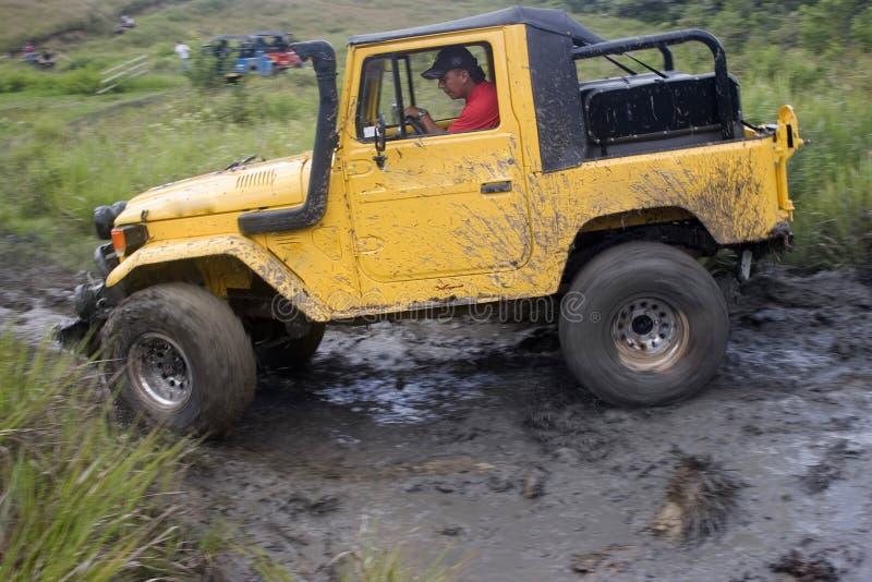 Jeep sucio en la competición foto de archivo libre de regalías