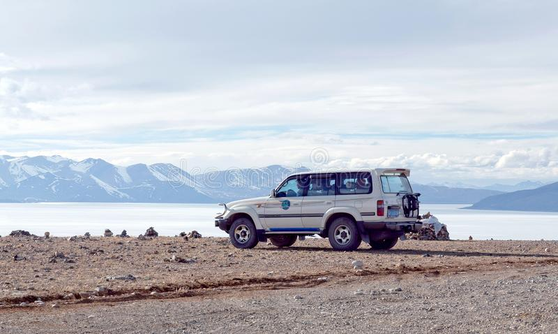 Jeep tous terrains sur le rivage du lac Manasarovar, Thibet photo stock