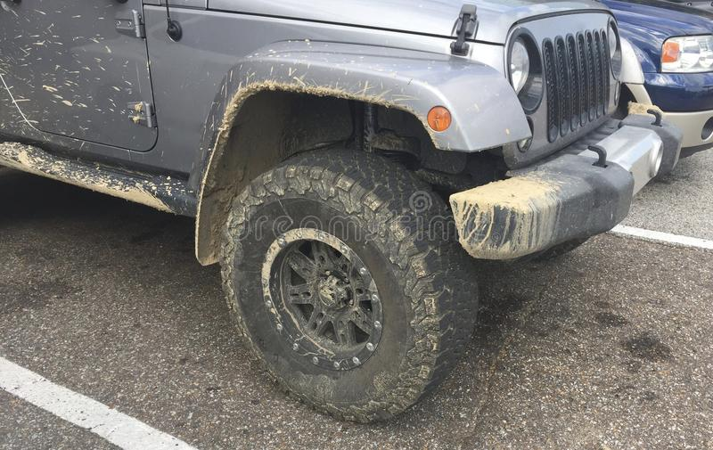 Jeep Wrangler 4x4 avec Muddy Chasis photos stock