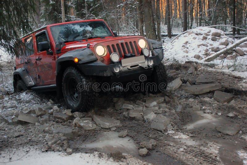Jeep Wrangler en el bosque del invierno, Rusia fotos de archivo libres de regalías