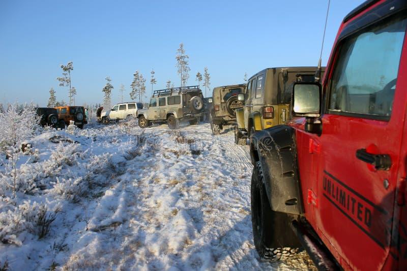 Jeep Wrangler nella foresta di inverno, Russia immagine stock