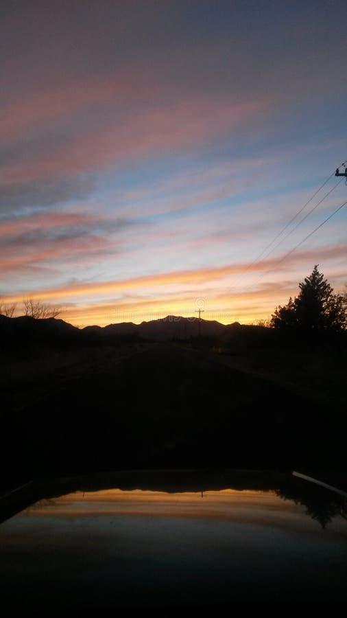 Jeeping dans le lever de soleil photos stock