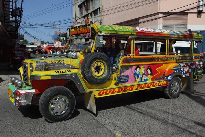 Jeepney filipino do sul urbano fotografia de stock