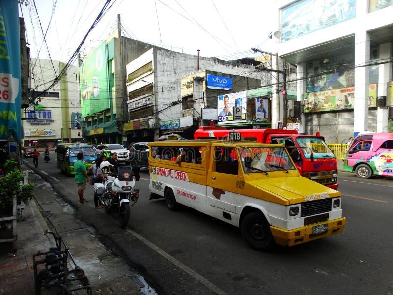 Jeepney filipino, rua da cidade de Cebu foto de stock