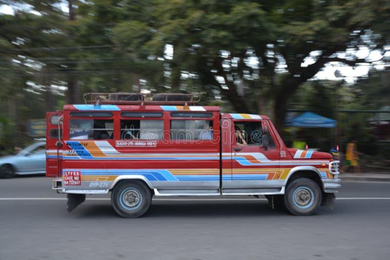 Jeepney kallade ibland jeepen är enkelt det populäraste hjälpmedlet av allmänhet arkivfoto