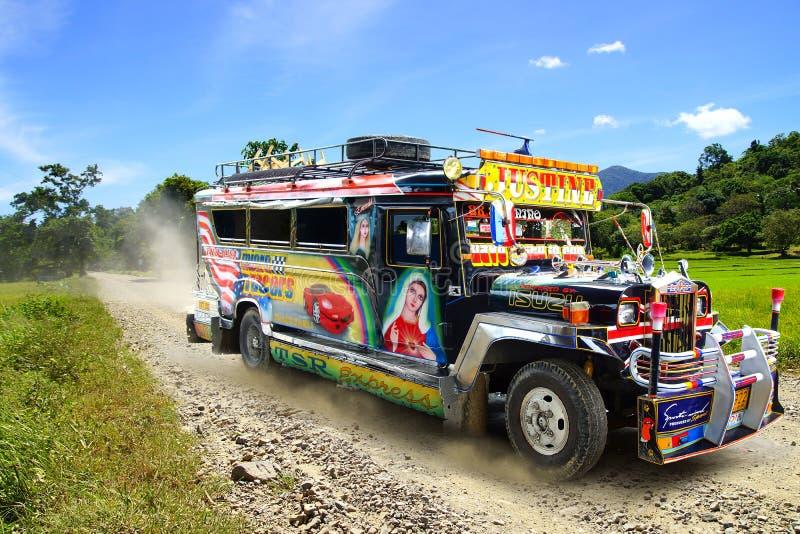 Jeepney su una strada rurale. fotografie stock libere da diritti