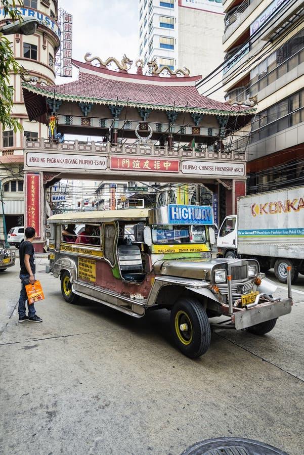 Jeepney y la calle muy transitada trafican en Manila central Chinatown phil imagen de archivo