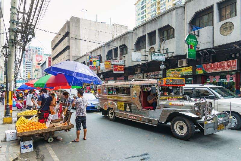 Jeepneybus in Manilla chinatown in Filippijnen stock foto's