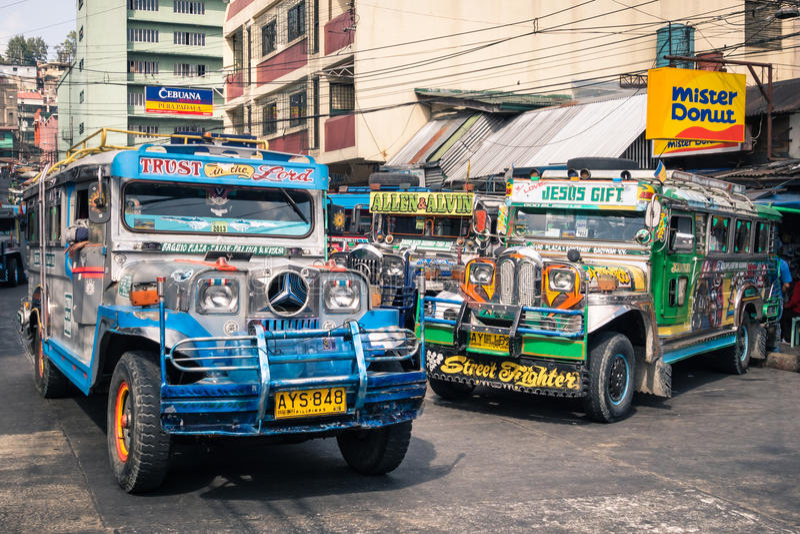 Jeepneys coloridos en el término de autobuses de Baguio Filipinas fotos de archivo libres de regalías