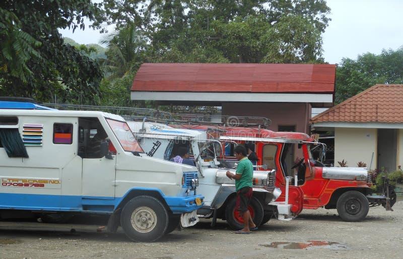 Jeepneys på den Loboc byn, Filippinerna royaltyfri bild
