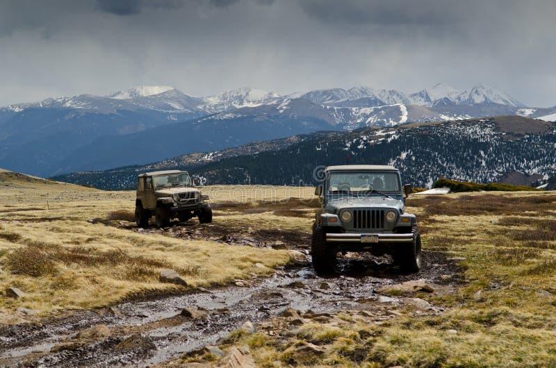 Jeeps på bergöverkant royaltyfri foto