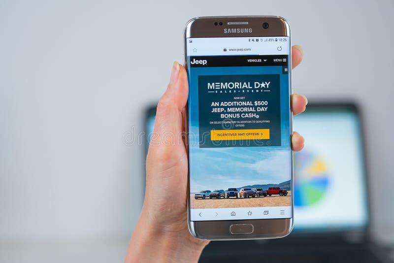 Jeepwebsite op mobiel wordt geopend die royalty-vrije stock foto's