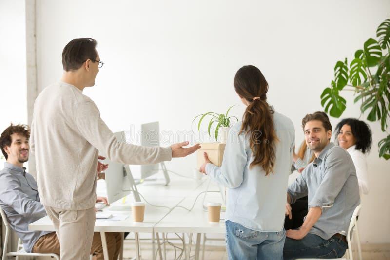 Jefe de la compañía que presenta al nuevo empleado del alquiler a los colegas, v posterior fotografía de archivo