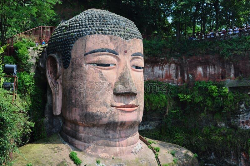 Jefe de la estatua de Buda del gigante en la roca imagen de archivo libre de regalías