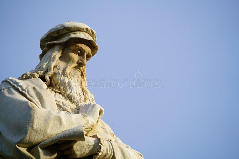 Jefe de la estatua de Leonardo da Vinci en Milán imagenes de archivo